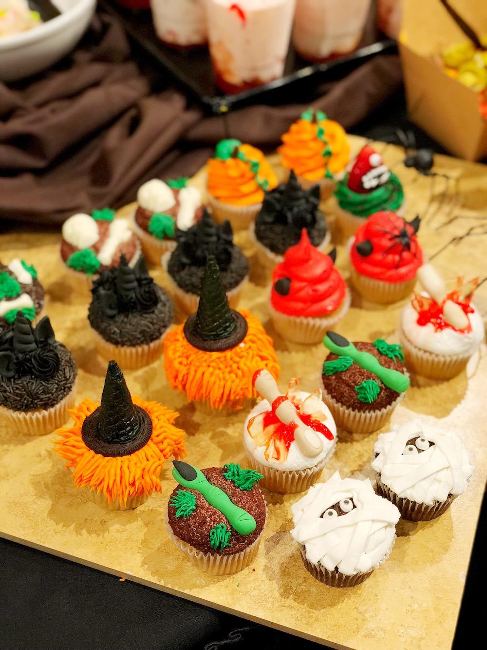 Cute halloween cupcake designs. Get it during Knott's Scary Farm | livingmividaloca.com | #scaryfarm #knottsberryfarm #flaminghotcheetos #themepark #amusementpark #familytravel #california #southerncalifornia