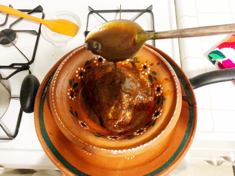 Mole poblano con pollo -- receta bastante realizable. // Chicken with poblano mole sauce. | LivingMiVidaLoca.com | #LivingMiVidaLoca #Mole #MoleinChicken #ChickeninMole #ChickenMole #TraditionalMexicanRecipes #MexicanFood #MexicanMole