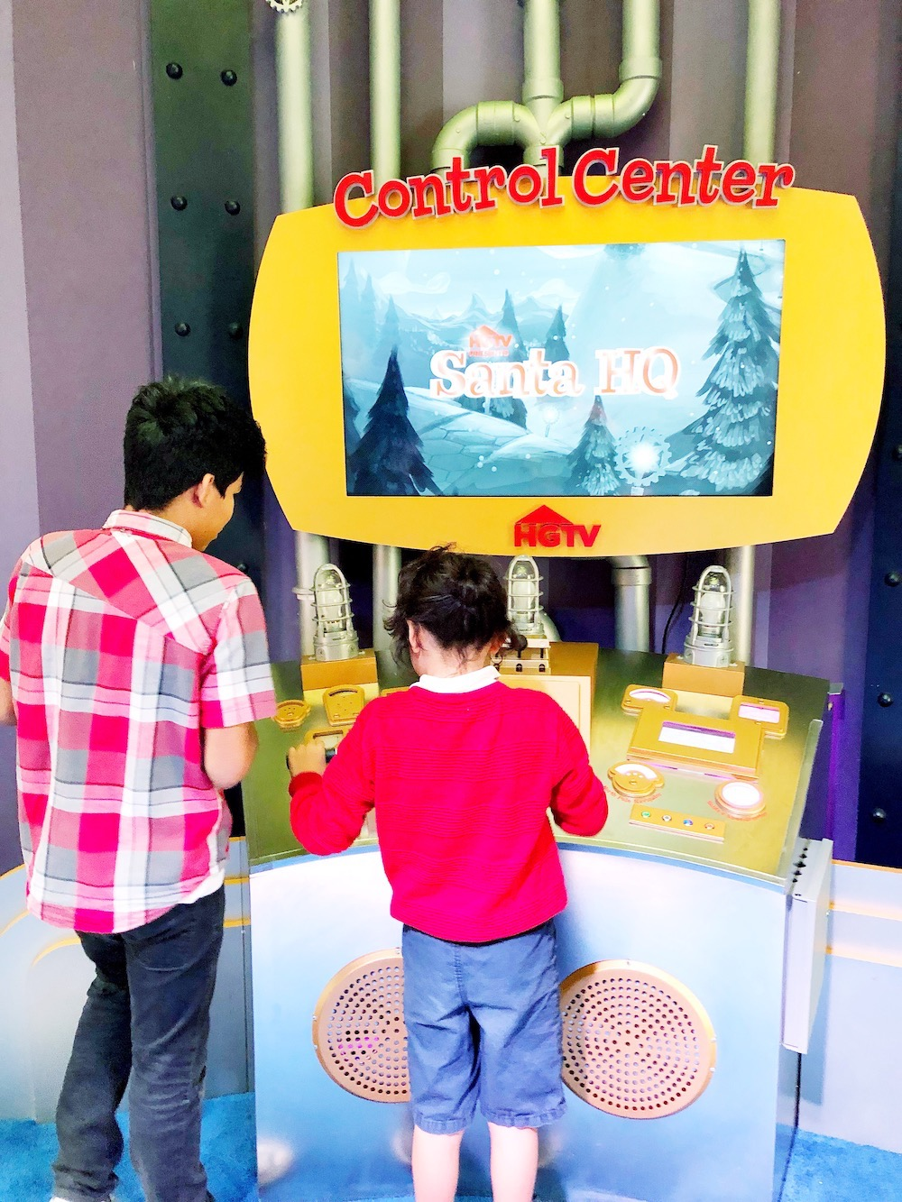 Visit Santa at Los Cerritos Center at Santa HQ, presented by HGTV. Kids can turn into elves, try the Naughty or Nice O'Meter and meet Santa! | LivingMiVidaLoca.com | #LivingMiVidaLoca #SantaHQ #LoveHGTV #LosCerritosMall