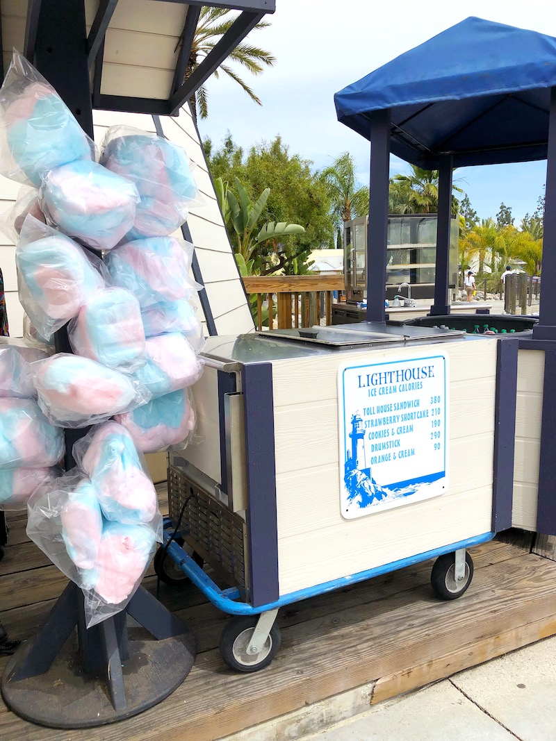 Where to buy ice cream, pretzels and sodas at Knott's Soak City in Buena Park, CA. This cart also sells pretzels, cotton candy and churros! - livingmividaloca.com - #LivingMiVidaLoca #KnottsSoakCity #KnottsBerryFarm #BuenaPark