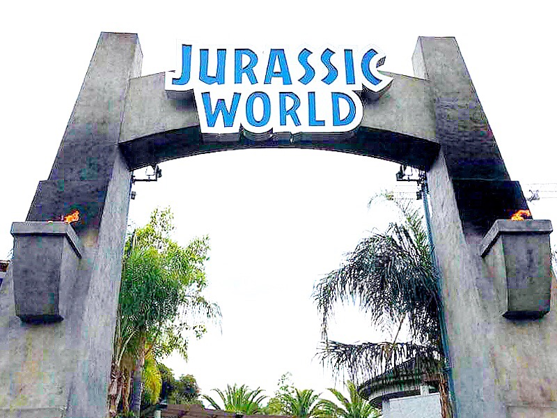 Jurassic World Ride is a new thrill ride attraction at Universal Studios Hollywood that has an 84 foot drop and a play area for kids. - livingmividaloca.com - #livingmividaloca #jurassicworld #jurassicpark