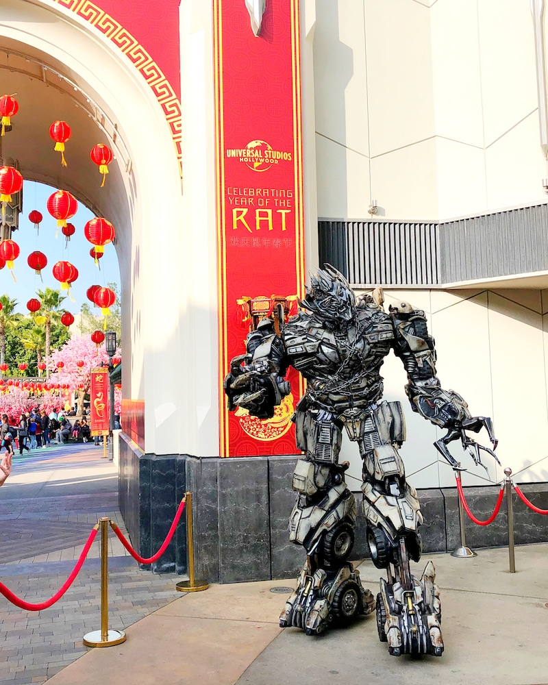 Take a picture with Mandarin-speaking MEGATRON