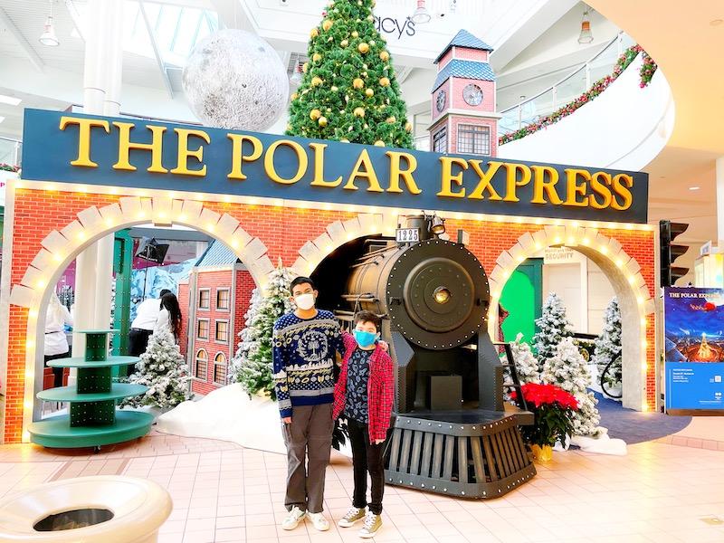 MainPlace Mall has a The Polar Express set for Santa pictures. | LivingMiVidaLoca.com