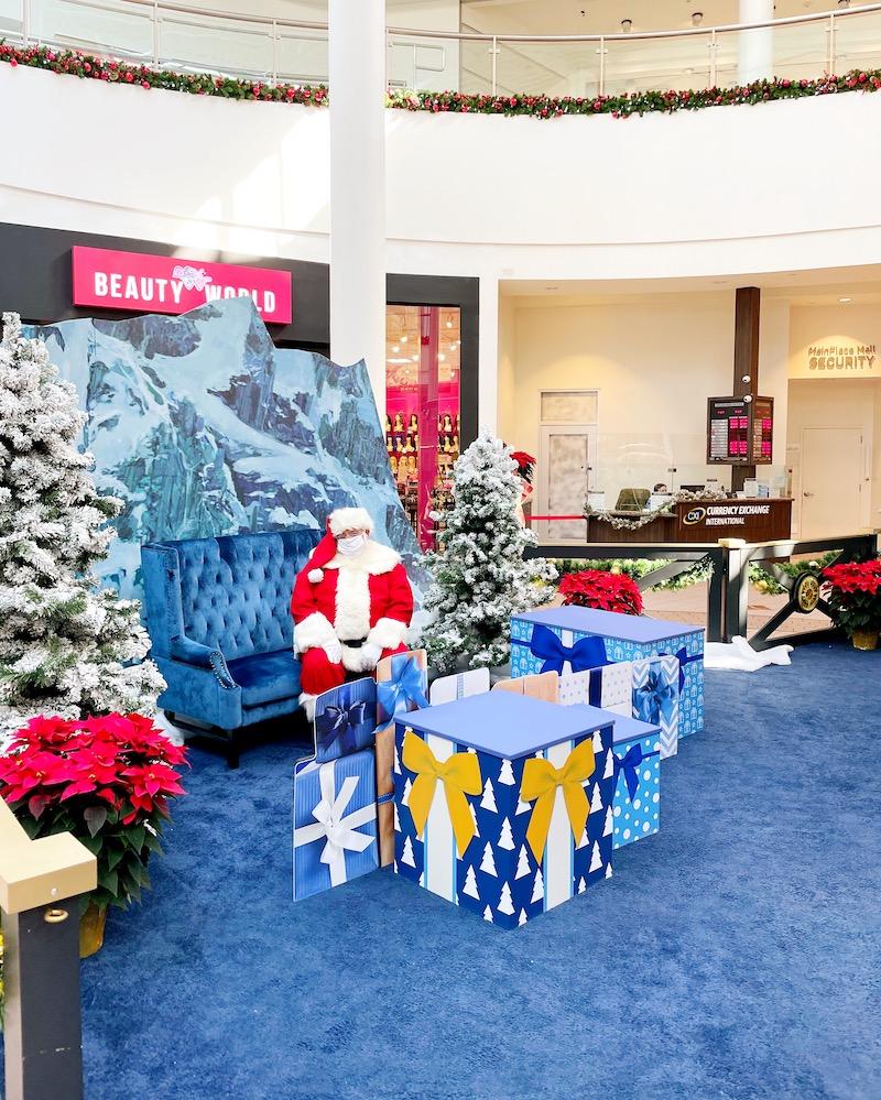 Santa photos at MainPlace Mall. | LivingMiVidaLoca.com